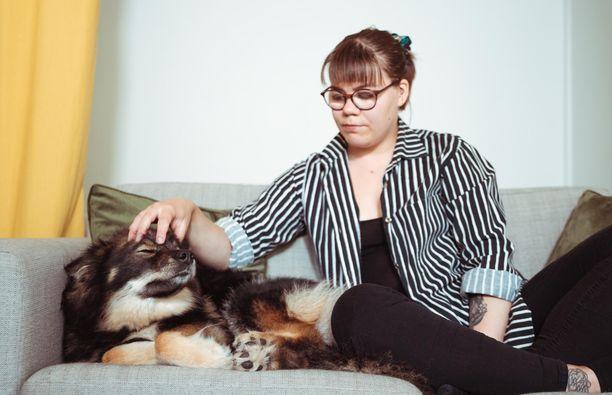 Papu-koira pitää Emmalle seuraa.