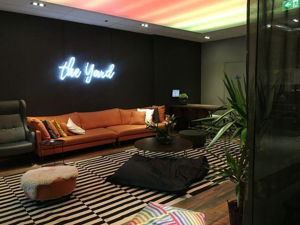 Yhteinen olohuone on sisustettu kotimaisilla design-huonekaluille.
