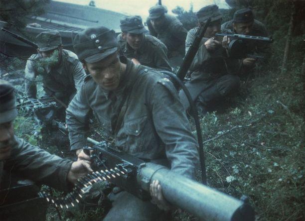 Rauni Mollbergin Tuntematon sotilaassa kuvattiin sodan raakuudet tarkemmin kuin Edvin Laineen versiossa.