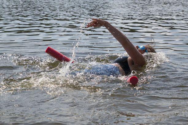 Uimista kannattaa harjoitella niin, että kelluke asetetaan joko selän tai mahan alle.
