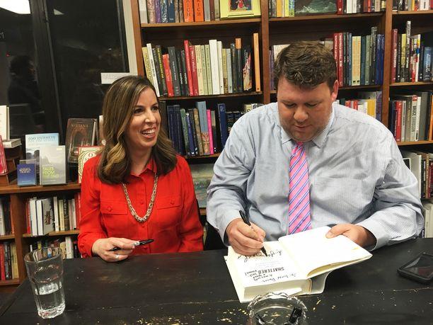 Amie Parnes (vas.) ja Jonathan Allen jakavat nimikirjoituksia Politics&Prose -kirjakaupassa.