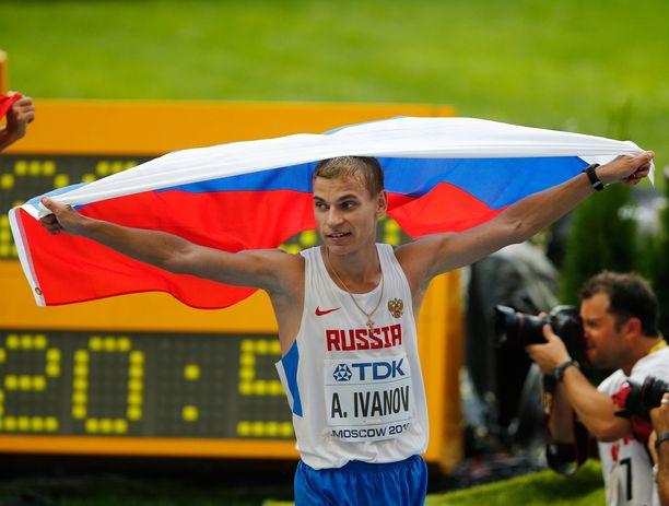Aleksandr Ivanov juhli MM-kultaa kotikisoissa. Dopingkäryn myötä hän menettää kultamitalinsa.