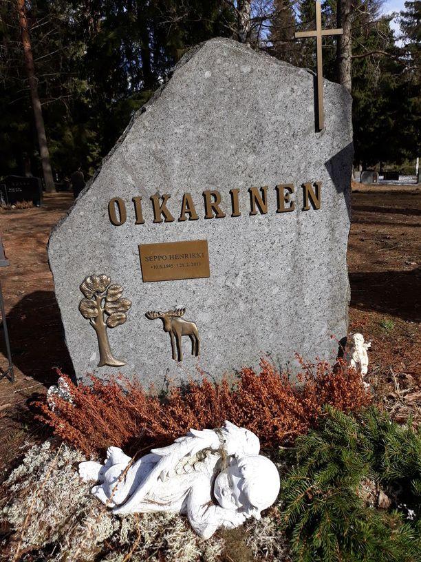 Elisa Siltakosken isän hautaa koristaa hirvi, koska isä tykkäsi metsästyksestä. Viereen tulee äidille samanlainen kivi, jota puolestaan koristaa lohi.
