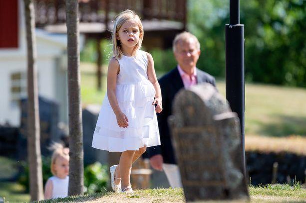 Prinsessa Leonore kuikuili kirkon pihalla.