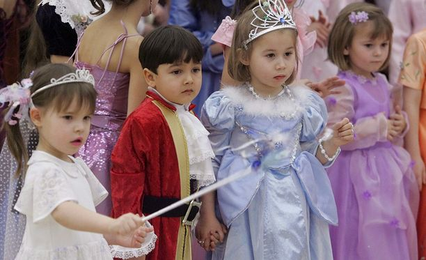 Lapsia satuhahmoiksi pukeutuneina.