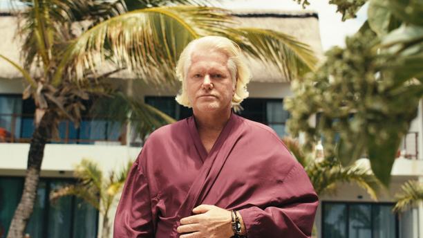 Berth Juniorin elämän ulkoiset puitteet Mauritiuksella vaikuttavat olevan ainakin päällisin puolin kohdillaan. Hän ajaa Teslalla ja hyppää välillä vilvoittelemaan kotinsa uima-altaaseen.