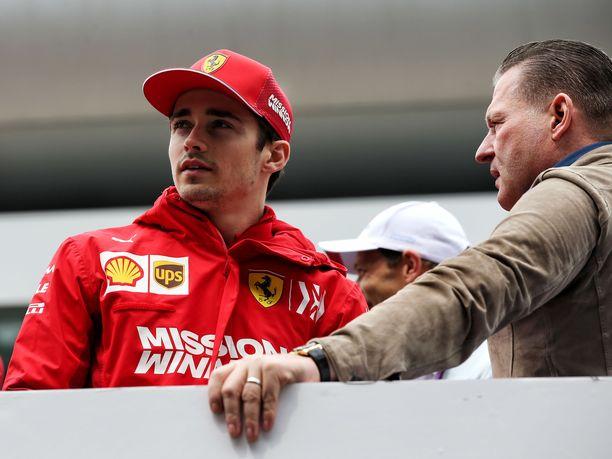 Jos Verstappen (oikealla) on vakaasti sitä mieltä, että Charles Leclercin autoon pantiin Abu Dhabissa ylimääräistä polttoainetta enemmän tai vähemmän tarkoituksellisesti.