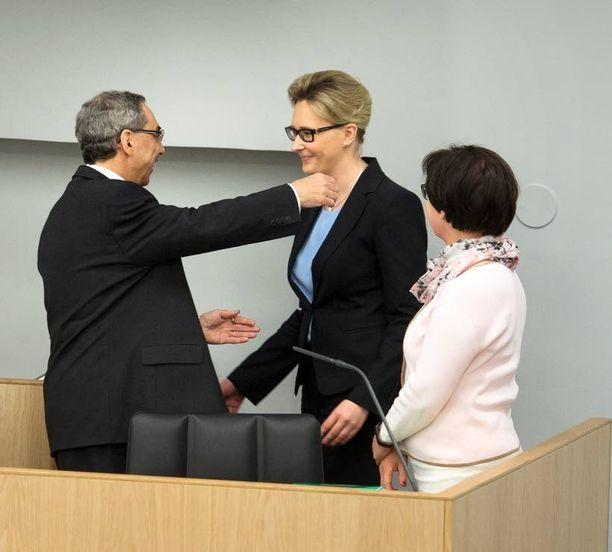 Uusi puhemies Maria Lohela sai halauksen väliaikaisesti virkaa toimittaneelta Ben Zyskowiczilta.