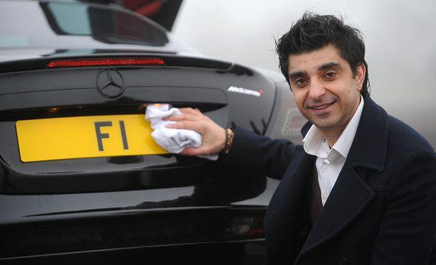 Joskus Afzal Khan pitää F1-kylttiä omistamassaan Mercedes McLarenissa.