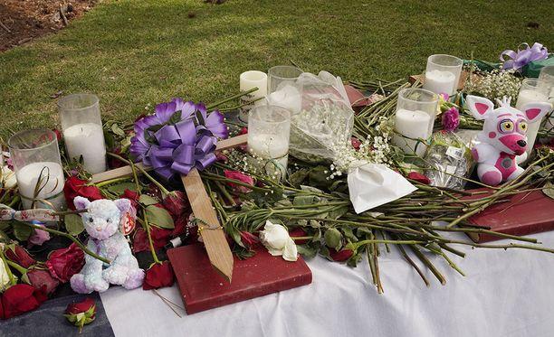 Ihmiset ovat muistaneet Santa Fen kouluammuskelussa surmansa saaneita tuomalla koulun edustalle kukkia, kynttilöitä ja pehmoleluja.