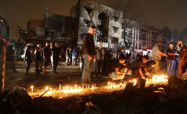 Irakin pääkaupungissa Bagdadissa ihmiset ovat sytyttäneet kynttilöitä autopommi-iskussa kuolleiden muistoksi.