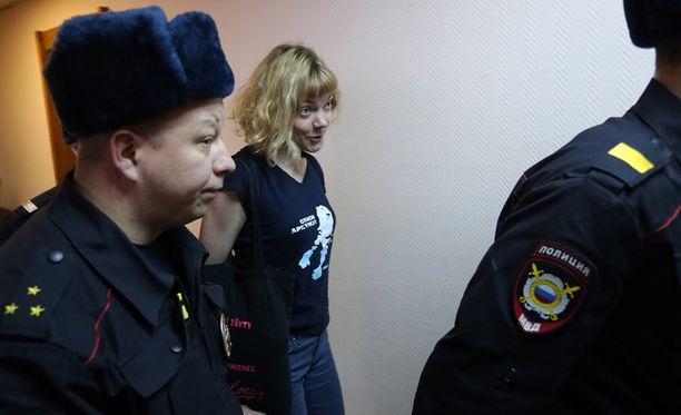 Venäläispoliisit saattelivat Saarelaa oikeussaliin marraskuussa 2013.