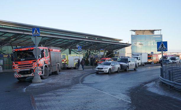 Outo haju aiheutti ruuhkia ja viivästytti lentoja Helsinki-Vantaan lentokentällä torstaina.