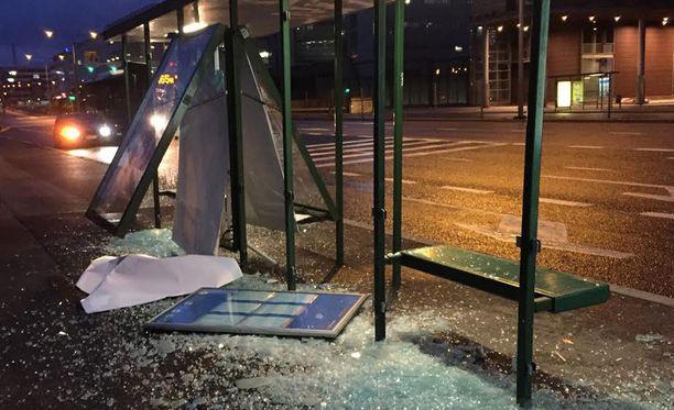 Linja-autopysäkin lasit särkyivät sirpaleiksi törmäyksessä.
