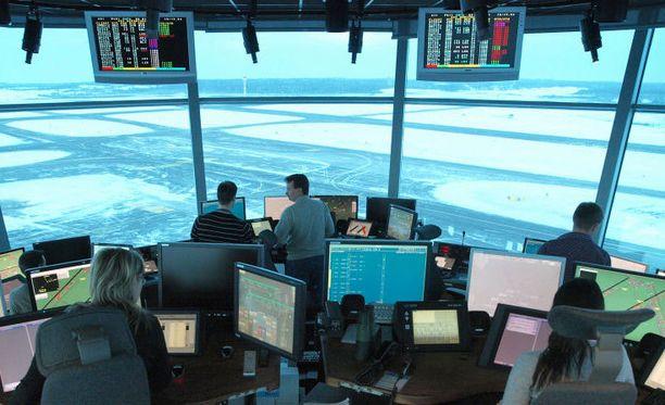 Lennonjohdon päätehtävä on porrastaa koneet eli varmistaa, että ne eivät törmää toisiinsa ilmassa.