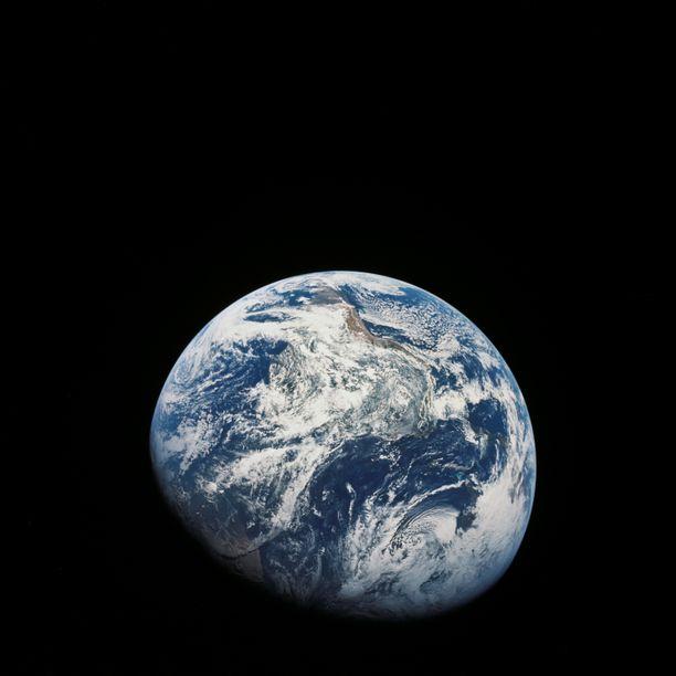 Kuva vuoden 1968 Apollo 8 -lennolta, jolloin ihminen näki ensimmäisen kerran koko maapallon yhdellä kertaa. Flat Earth -liike pitää avaruujärjestö Nasaa arkkivihollisenaan.