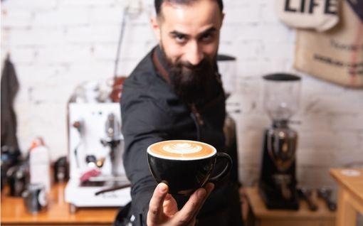 Helsinkiläinen huoltomies on kansainvälinen sometähti – uskomattomia kahvivideoita katsotaan ympäri maailmaa