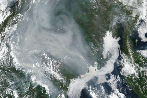 Nasan 4. heinäkuuta julkaisemassa satelliittikuvassa näkyi Venäjällä Jakutian tasavallassa palavien maastopalojen savu.