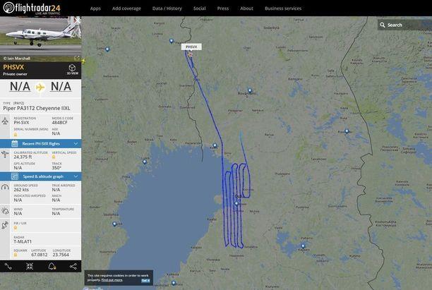 Oulun seudulla lentäneen koneen reitti muodosti kapeita silmukoita , mutta käväisi myös pienen hetken pohjoisen suunnassa.