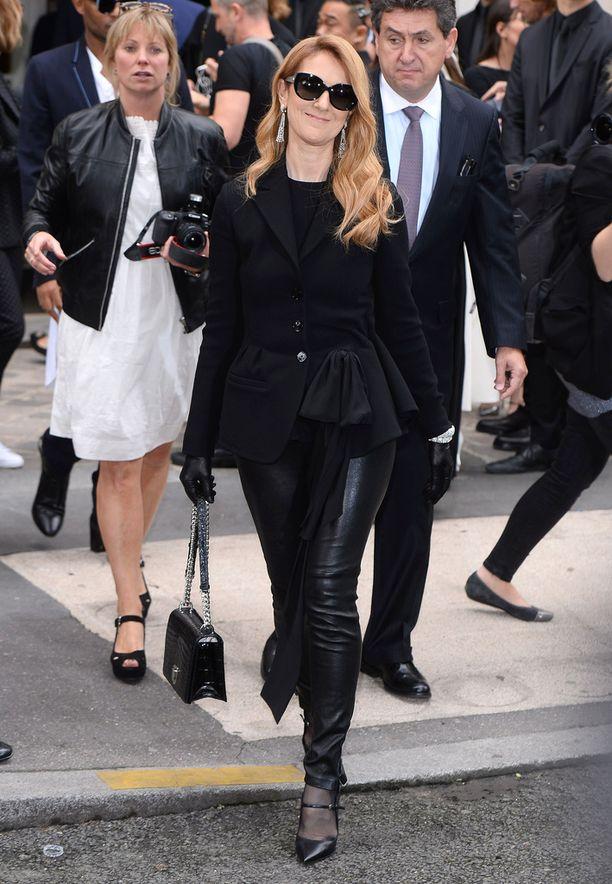 Näin hyvältä hän yleeensä näyttää! Celine Dion mustassa asukokonaisuudessa ennen Diorin muotinäytöstä.