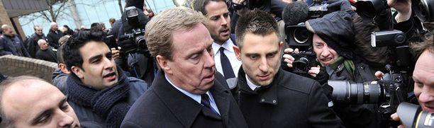Harry Redknapp vetosi oikeudessa heikkoon kirjoitustaitoonsa.