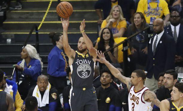 Stephen Curryn heitto kulki NBA:n toisessa finaalissa.
