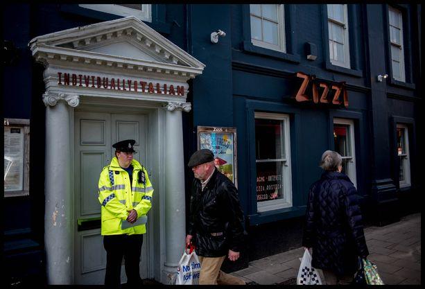 Poliisi vartioi ravintolaa, jossa ex-vakoojan uskotaan käyneen tyttärensä kanssa ennen kuin molempien terveys romahti.
