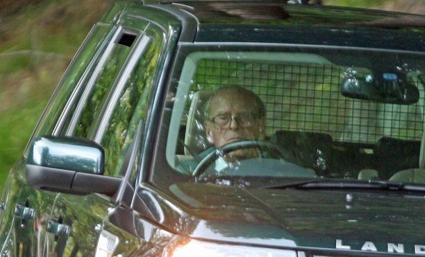 Prinssi Philip on tuttu näky auton ratissa. Vain kuningatar Elisabet voi kieltää häntä ajamasta.