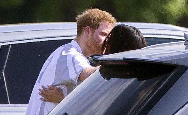 Prinssi Harry muiskautti suukon rakkaalleen.
