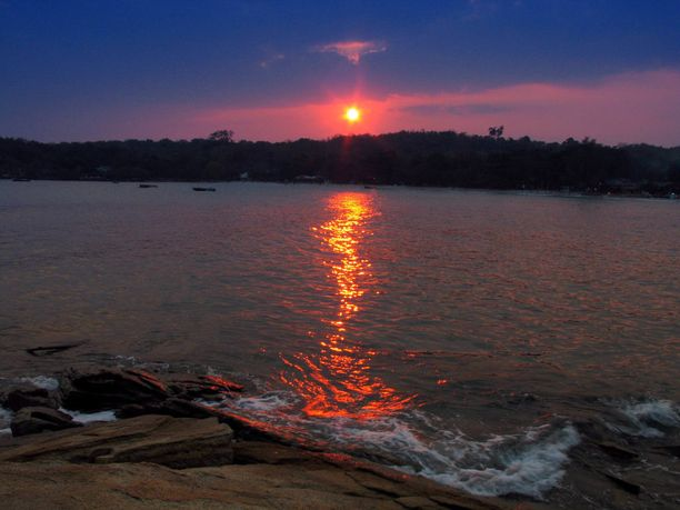 Auringonlasku Koh Sametin saaristossa.