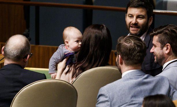 Neve-vauva hurmasi kokoussalissa.
