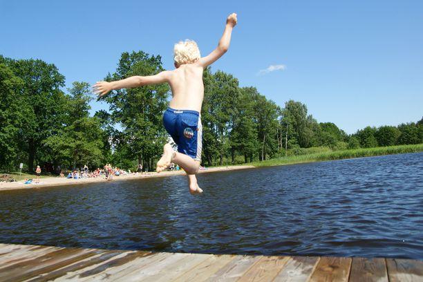 Uimarannalla leikkivät lapset saattavat kerätä punkkeja. Kuvituskuva ei liity tapaukseen.