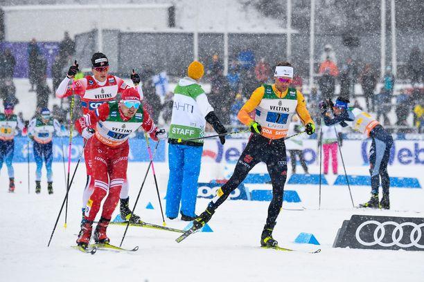 Miesten viestin vaihtoalueella ei ollut ruuhkaa pyhänä Lahden hiihtostadionilla.