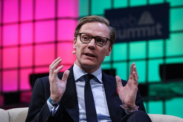 Data-analytiikkayhtiö Cambridge Analytican toimitusjohtaja Alexander Nix kertoi potentiaalisena asiakkaana esiintyneelle brittiläisen Channel 4 -kanavan toimittajalle yhtiön toimintamenetelmistä ja likaisistakin keinoista.