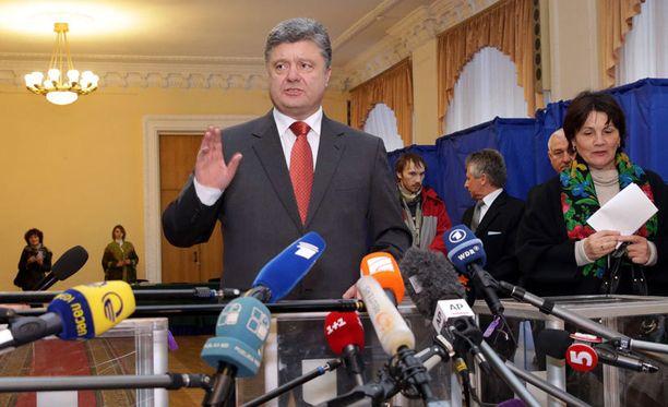 Ovensuukyselyjen mukaan Poroshenkon blokki ja muut länsimieliset puolueet olisivat voittamassa Ukrainan parlamenttivaalit.