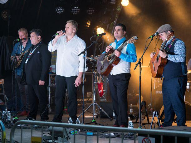 Edelmann esiintyi yhdessä yhdeksänhenkisen rytmimusiikkiorkesteri Orkestra Suora Lähetyksen kanssa.