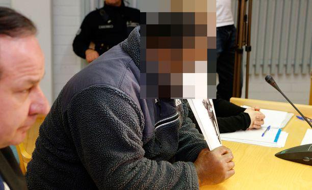 Syytetty isä kertoo halunneensa rikastua. Hänen piti joko tappaa joku tai maata jonkun kanssa.