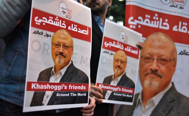 Mielenosoittajat kantavat murhatun toimittajan kuvia Istanbulissa lokakuussa. Saudi-Arabian kruununprinssi bin Salman on kiistänyt osallisuutensa verityöhön.