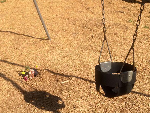 Lapsen kuolinpaikalle leikkipuistoon oli tuotu pehmolelu ja kukkia La Platassa Marylandissa. Arkistokuva toukokuulta.
