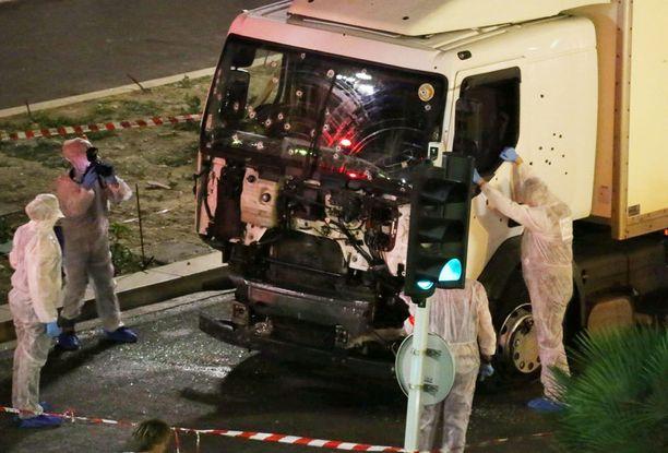 Terrori-iskussa käytettyä kuorma-autoa tutkitaan nyt.