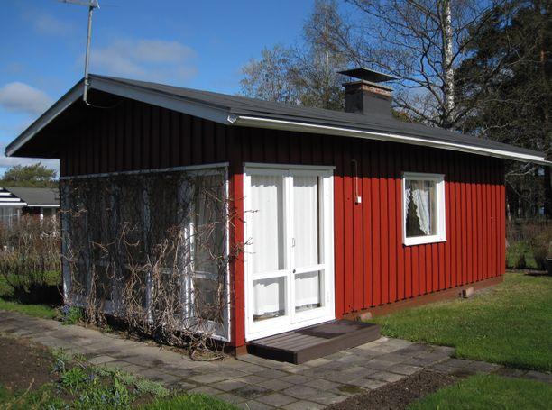 Tämä 18 neliön mökki sijaitsee Kuopion Sorsasalossa ryhmäpuutarhayhdistyksen alueella. Hintaa mökillä on 20 000 euroa.
