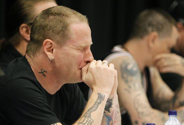 Slipknotin jäsenet esiintyivät ensimmäistä kertaa julkisesti ilman maskeja basistinsa kuoleman jälkeen lehdistötilaisuudessa. Etualalla laulaja Corey Taylor.
