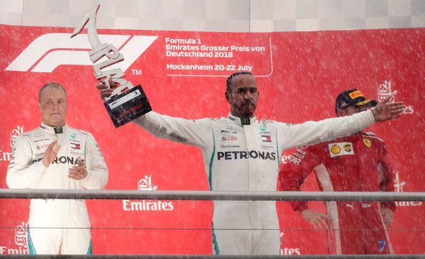 Lewis Hamilton pysyi voittajana, vaikka hän piipahti tuomariston edessä.