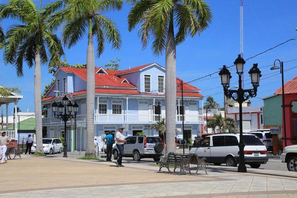Kaupunkikierroksella Puerto Platassa näkyi kauniita rakennuksia.