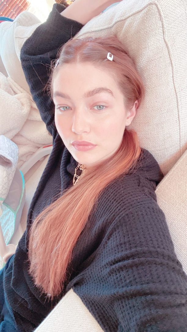 Gigi Hadid postasi Instagram-tarinoihinsa selfien punertavissa hiuksissa.