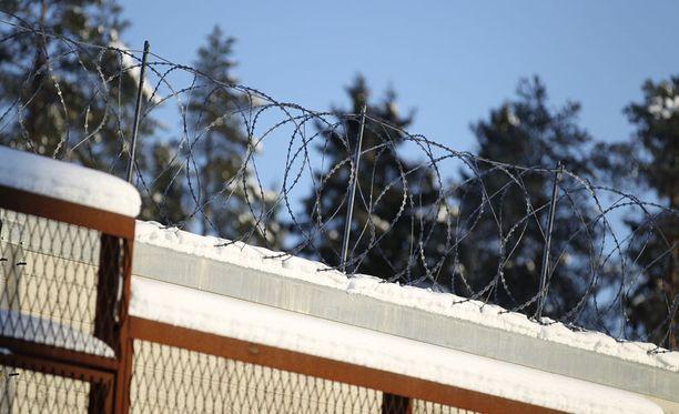 Piikkilanka muurin päällä hillitsee mahdollisesti pakoa hautovien aikeita.