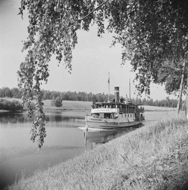 Sisävesihöyrylaiva Tarjanne Kautun kanavassa Ruovedellä. Kanavaverkoston laajentuminen 1800-luvulla oli yksi syy sisävesilaivojen yleistymiseen.