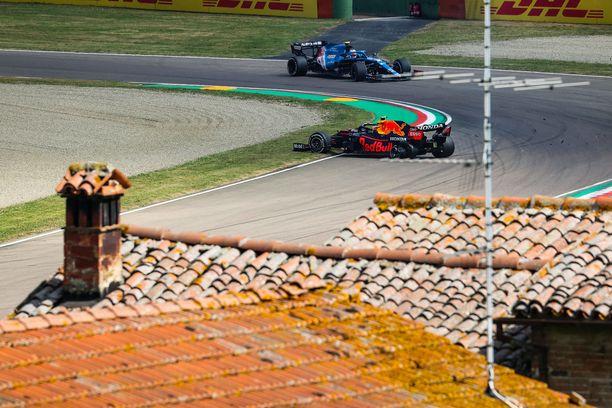 Sergio Perez ja Esteban Ocon kolistelivat keskenään perjantaina.