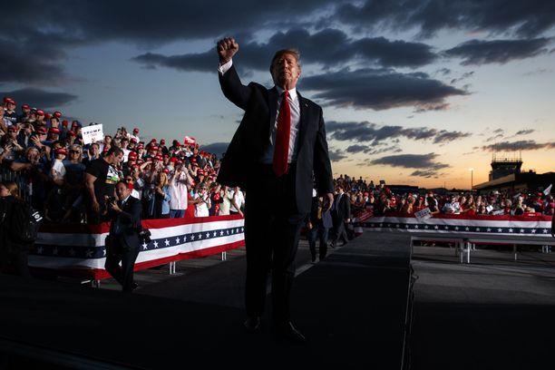 Trump vetää puhetilaisuuksiinsa hyvin väkeä ja Orlandoon kannattajia on saapumassa niin sankoin joukoin, ettei tunnelmaa latistane edes perjantaille ennustetut ukkoskuurot.