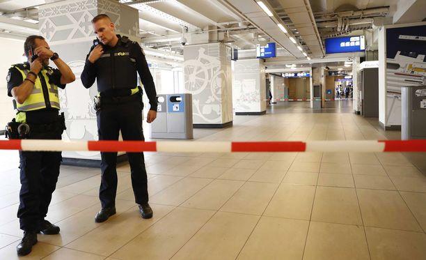 Poliisi tyhjensi tapauksen jälkeen Amsterdamin keskusrautatieaseman.